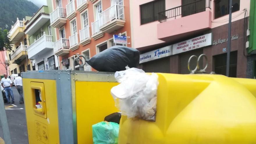 Contenedor de residuos plásticos lleno, en Los Realejos, Tenerife