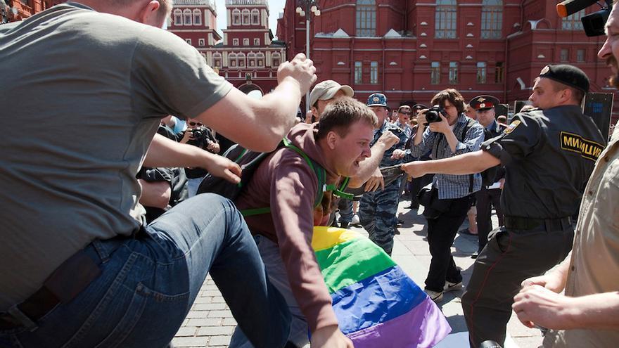 La policía ataca a los asistentes a las marchas del Orgullo en Moscú en 2016.