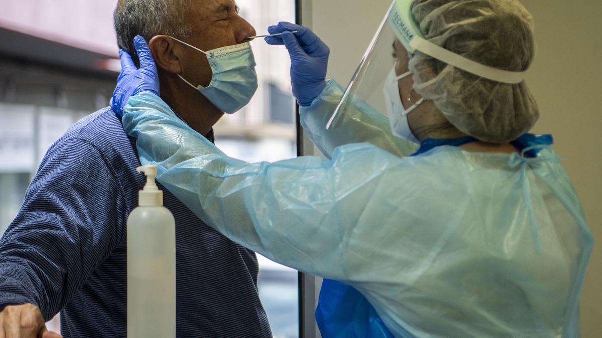 Personal sanitario realiza pruebas PCR. EFE/CATI CLADERA/Archivo