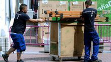 Dos trabajadores en plena jornada laboral en una calle de Las Palmas de Gran Canaria.