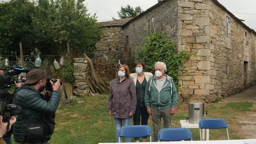 Ana Pontón (BNG) arrancó la campaña electoral en su casa natal, en Chorente (Sarria), con sus padres.