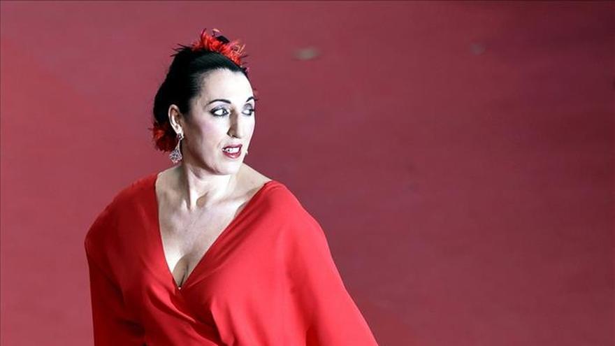 """Las prisas de Rossy de Palma y un doble """"macromoño"""" iluminan la alfombra roja de Cannes"""