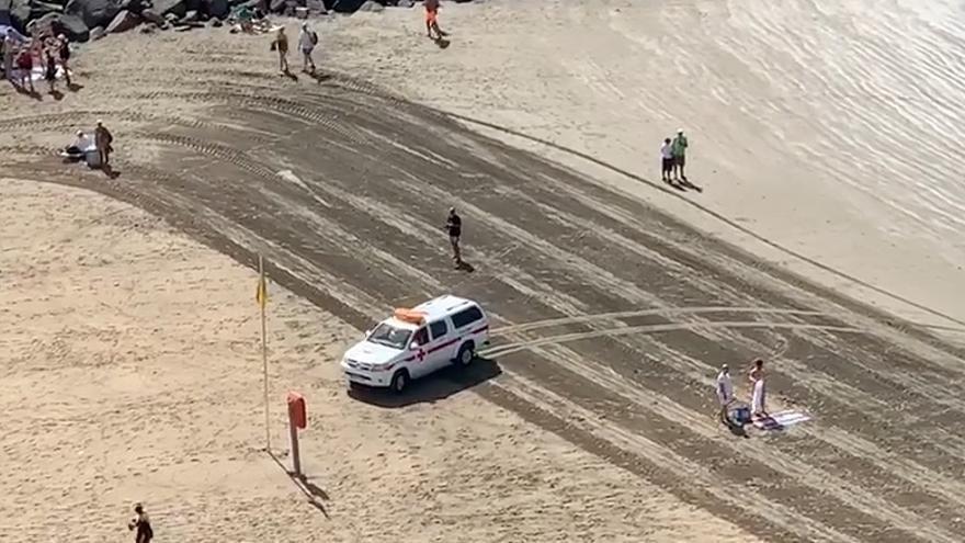 Cruz Roja desalojando a los bañistas en una playa de Gran Canaria