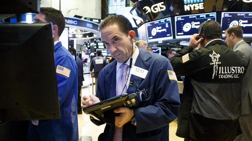 Wall Street se mantiene en niveles récord a media sesión