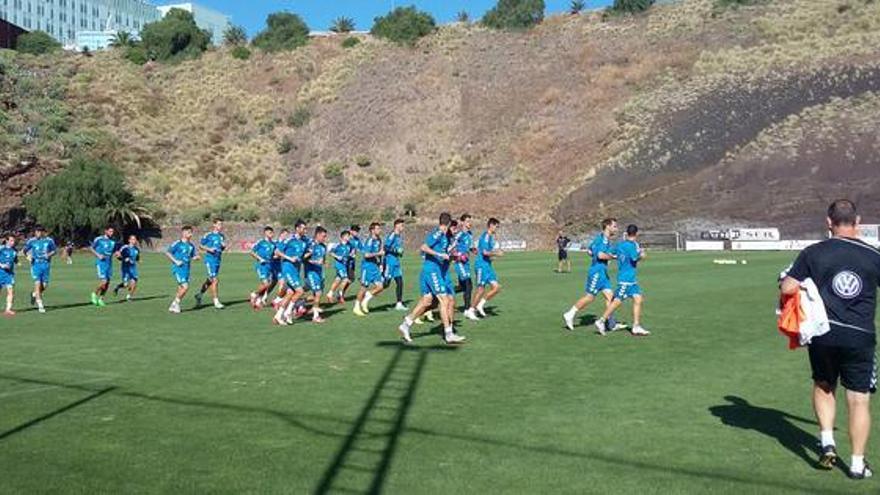 Los jugadores del Tenerife en su primer entrenamiento de la semana en El Mundialito.