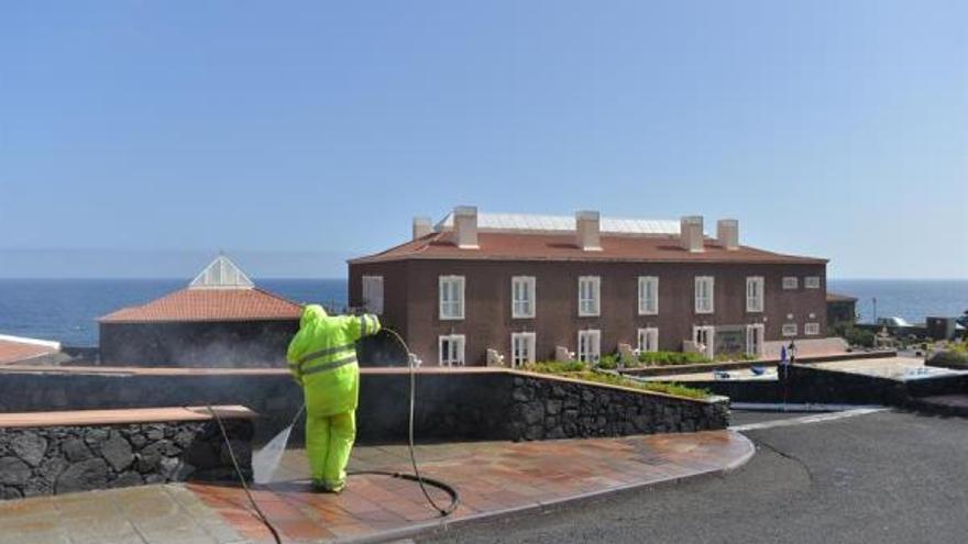 Operarios de el Área de Seguridad y Emergencias del Cabildo de El Hierro realizan labores de limpieza y desinfección. EFE/Gelmert Finol