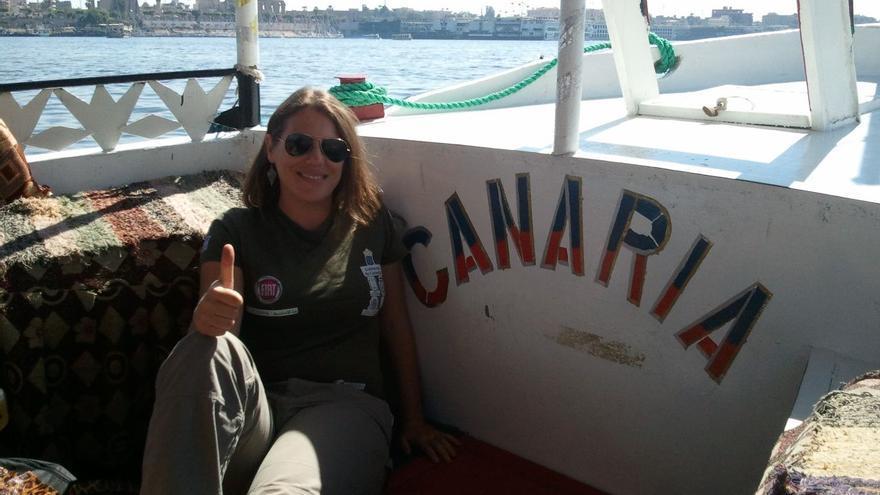 En la imagen, Mila Álvarez en la barca 'Canaria' ante de atravesar el Nilo.
