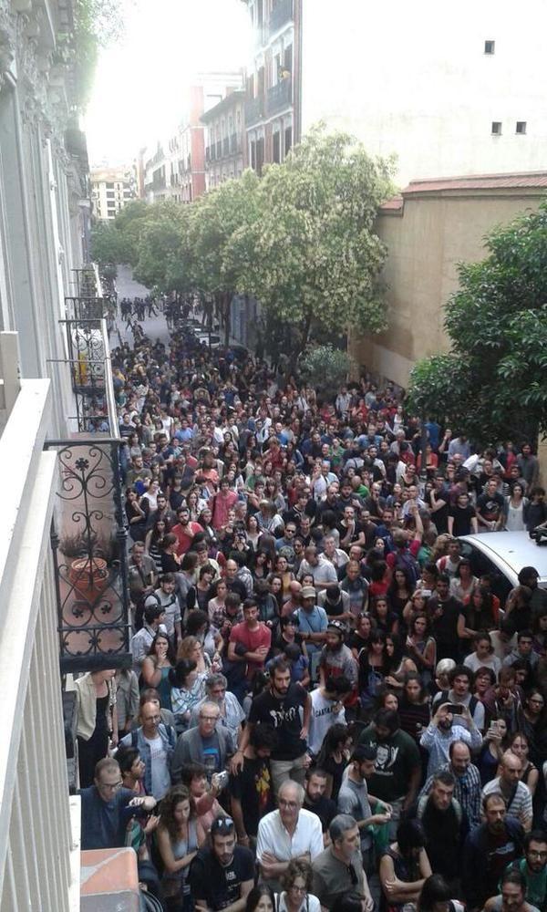 Concentración ante el nuevo edificio okupado en Divino Pastor 9 | Foto:  @patiomaravillas