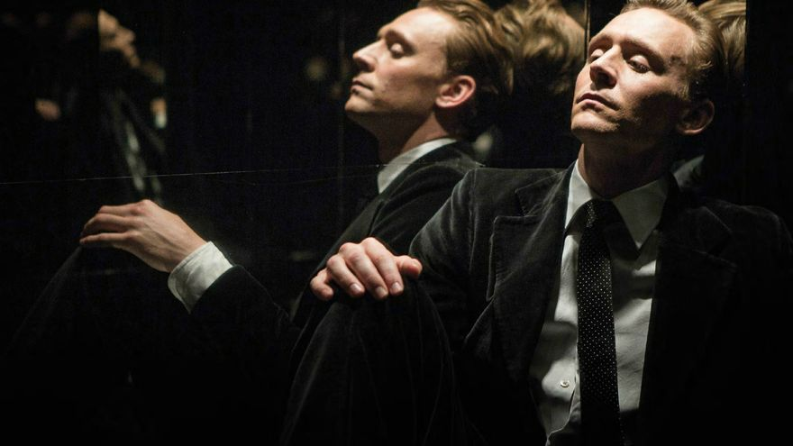 Tom Hiddleston en el ascensor del rascacielos