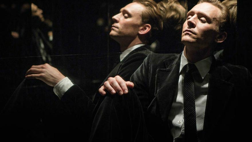 Tom Hiddleston en el ascensor del rascacielos