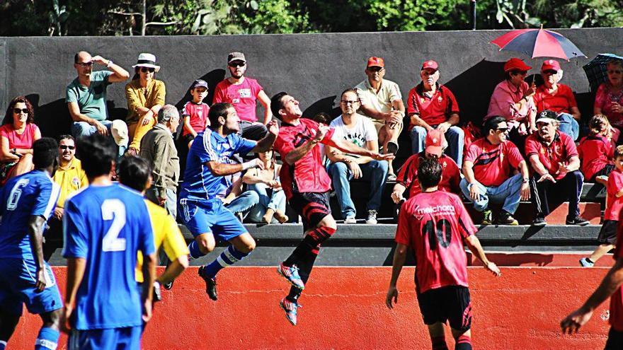 El Club Deportivo Mensajero logró su segunda victoria en su retorno a la Segunda División B la derrotar este domingo por la mínima al Arenas De Getxo y se acerca a salir de los puestos de descenso. Foto: JOSÉ AYUT.