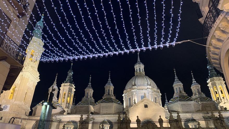 La calle Alfonso luce un manto de iluminación LED de 470 metros.