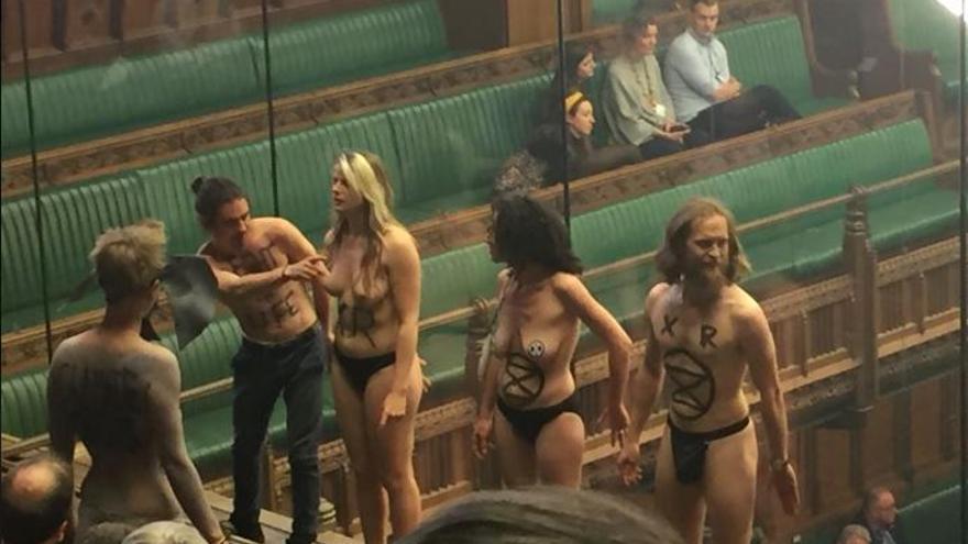 Un grupo de activistas ecologistas ha irrumpido en pleno debate del Brexit este lunes.