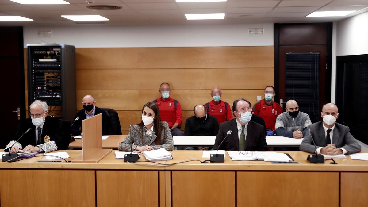 El fiscal (i) el abogado de la acusación particular (2i), en primer termino los abogados de los acusados y detrás los tres procesados.  EFE/ Jesús Diges Pool
