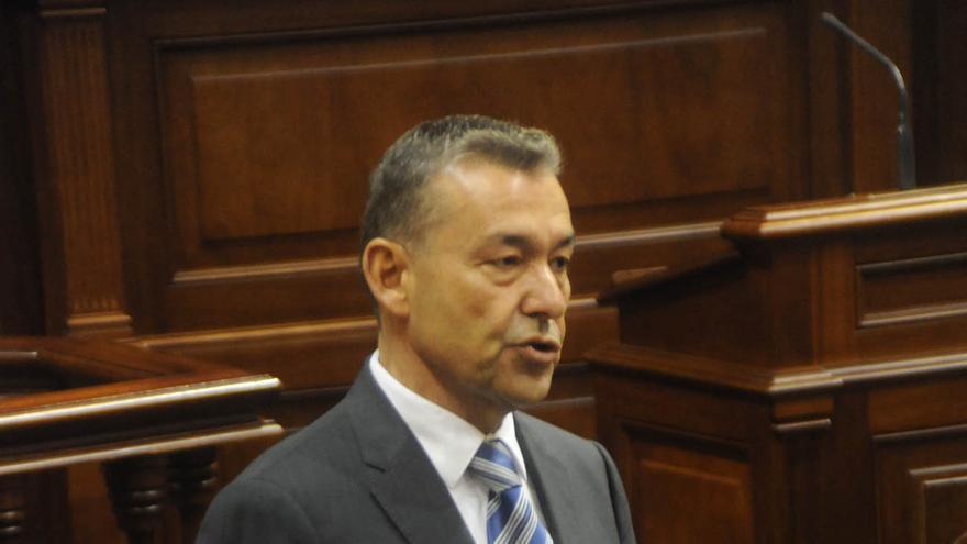 El presidente del gobierno, Paulino Rivero, asistió al pleno del Parlamento de Canarias.