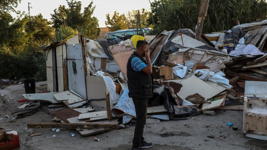 Stejar Stan observa cómo derriban su casa en El Gallinero, Madrid © REUTERS/Susana Vera