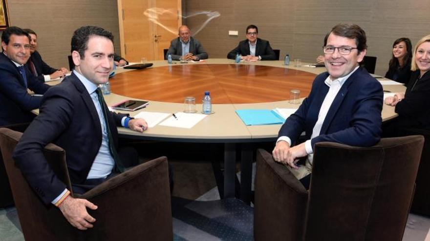 """PP y Cs negocian ya para gobernar Castilla y León tras una reunión """"productiva"""""""