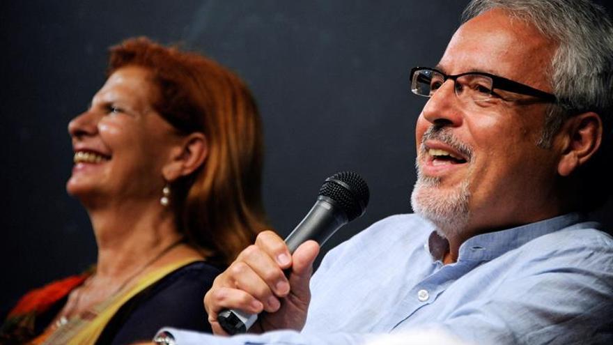Escritor español cree que los libros no deben competir con las nuevas tecnologías