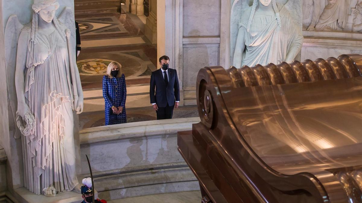 Macron visita la tumba del emperador Napoleón por el bicentenario de su muerte.