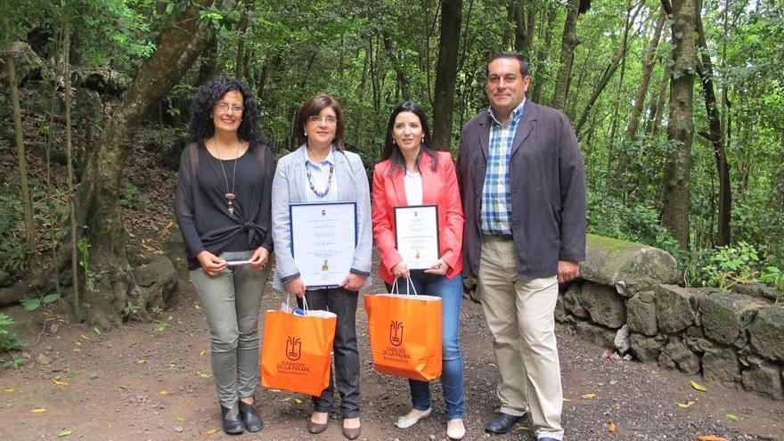 En la imagen, Nieves Rosa Arroyo (izquierda), consejera insular de Medio Ambiente, y  el consejero de Agricutura, José Basilio Pérez, con la directora del CEIP Miranda, Carmen María Crespo, y la coordinadora de las actividades medio ambientales que se realizan en este centro, Isabel María Martínez.