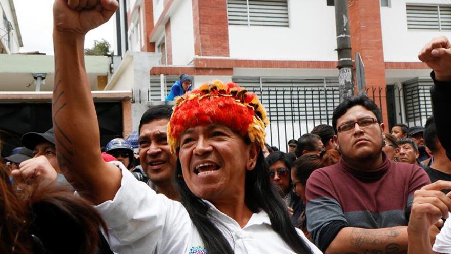 Los seguidores de los candidatos de Ecuador se reúnen para seguir los resultados de los comicios