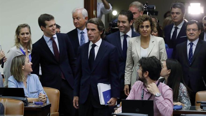 Aznar entra en la Sala Cánovas escoltado por Pablo Casado y otros diputados del PP.