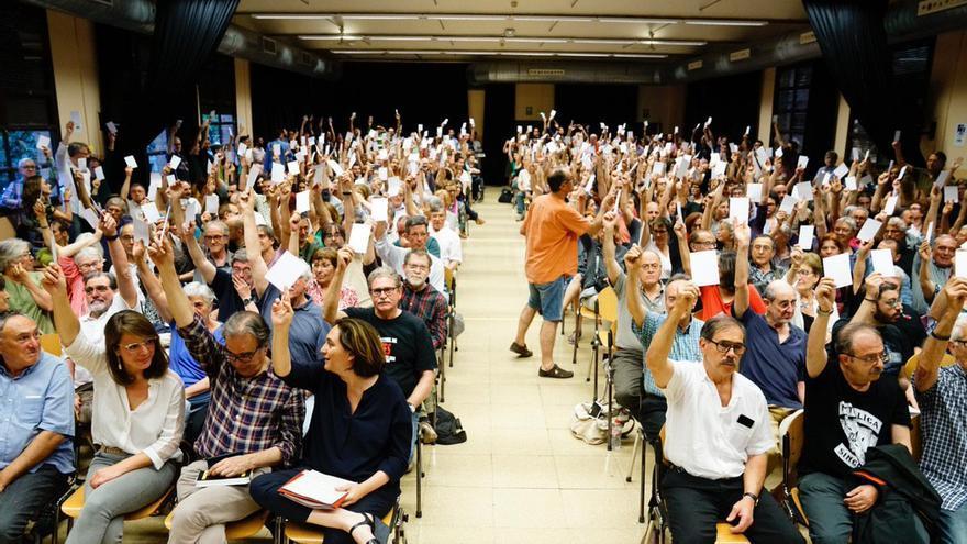 Ada Colau votando a favor de presentarse a la alcaldía junto con la gran mayoría del plenario