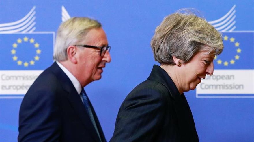 El presidente de la Comisión Europea (C, Jean-Claude Juncker, recibe a la primera ministra británica, Theresa May.