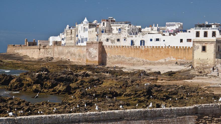 Los edificios blancos de la medina de Essaouira sobresalen tras las murallas que protegían la ciudad. Mike Prince