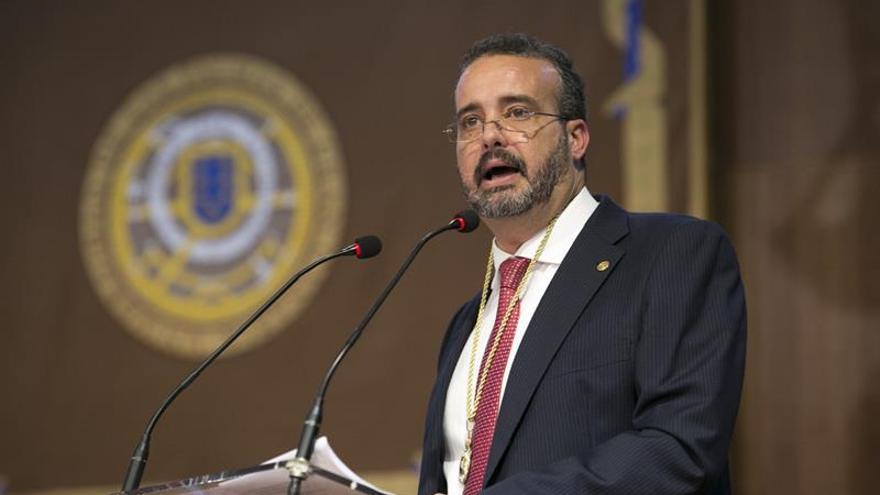 El catedrático Rafael Robaina pronuncia hoy un discurso durante su toma de posesión como nuevo rector de la Universidad de Las Palmas de Gran Canaria.