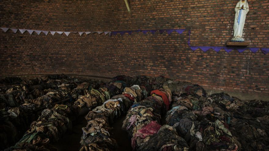 Las víctimas se habían encerrado en el interior del templo para evitar que las milicias y los soldados entrasen. En respuesta, los Interahamwe utilizaron martillos para romper la pared y abrir unos agujeros, a través de los cuales lanzaron granadas al interior, causando muchas muertes e hiriendo al resto. Los asesinos finalmente irrumpieron en la iglesia matando a los supervivientes. Fotografía: Juan Carlos Tomasi /MSF