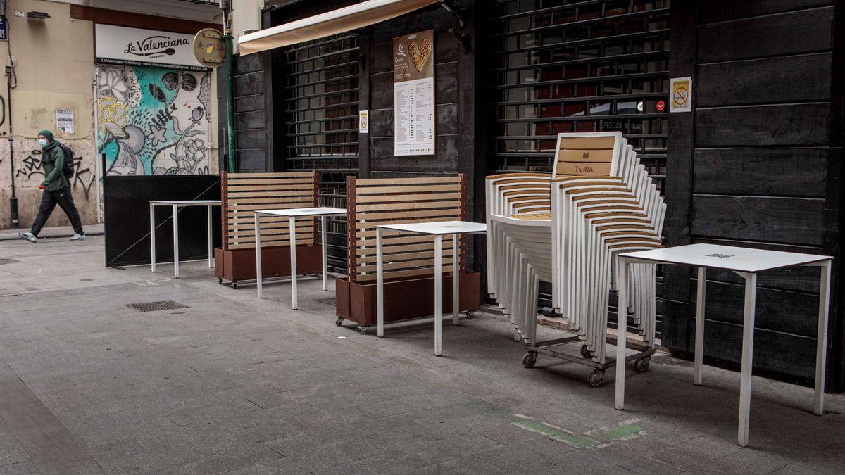 La terraza de un restaurante con las sillas y mesas recogidas en Valencia.