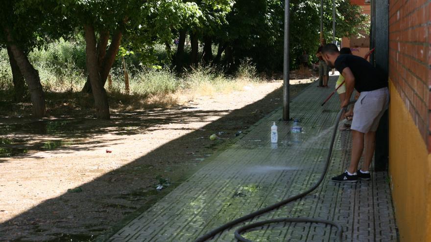 Los vecinos de Las Moreras también se encargan de la limpieza de las calles.