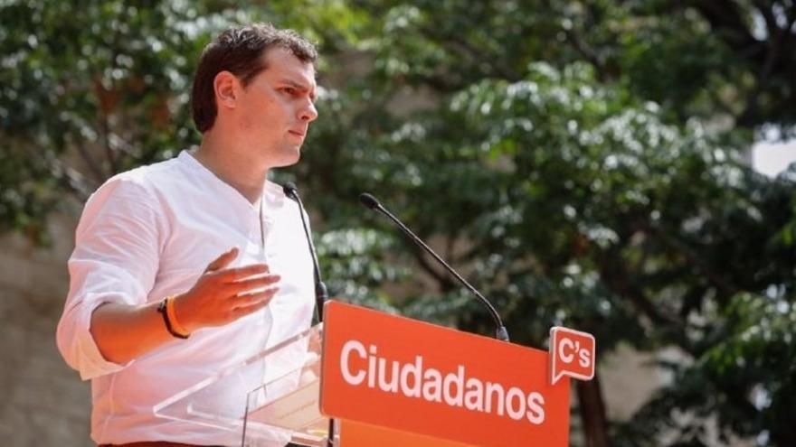 """Rivera ve """"sorprendente"""" que el PP no le llame y se pregunta si está gestando un pacto con el PSOE"""