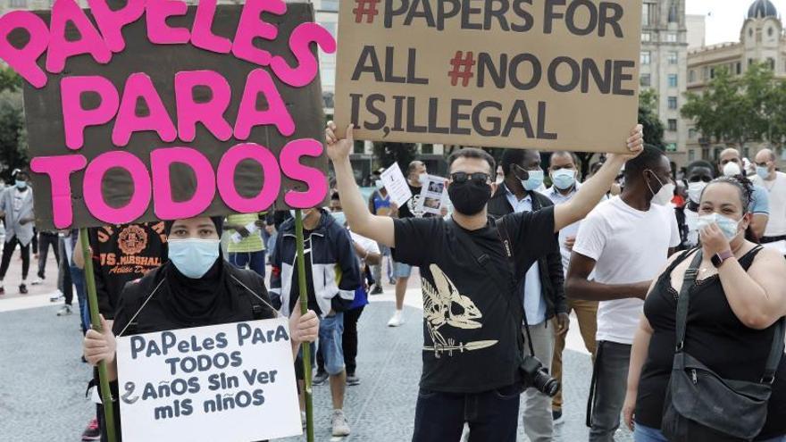 Unos doscientos ciudadanos integrantes de colectivos de inmigrantes se concentraron hoy domingo en la plaza de Cataluña de Barcelona para reclamar su regularización y protestar por el racismo.