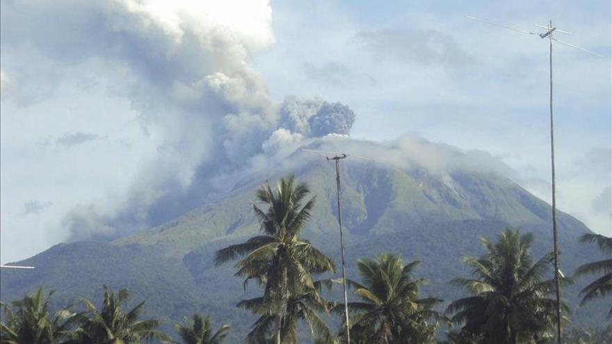 Al menos 1.100 evacuados por la erupción del volcán Bulusan en Filipinas