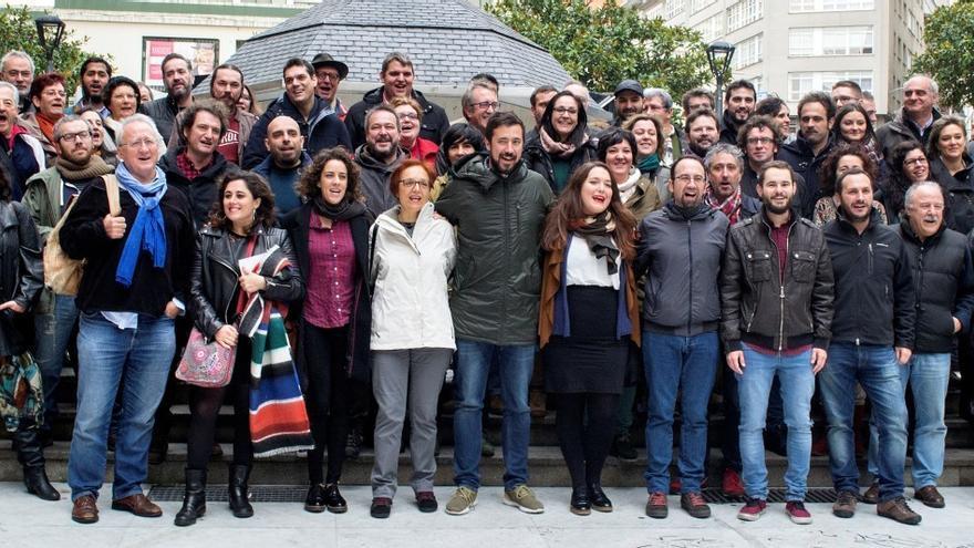 Miembros de las mareas municipales y de En Marea, este lunes en A Coruña
