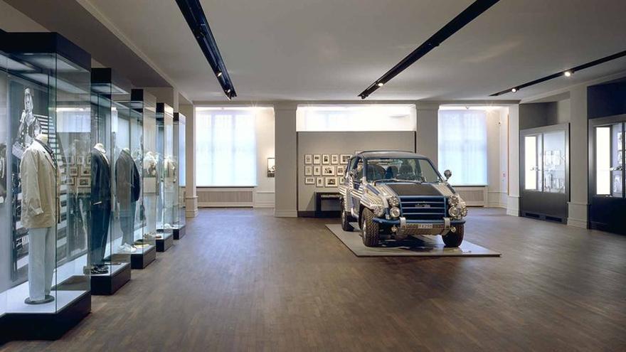 Algunos de los objetos, trajes y coches expuestos en Berlín