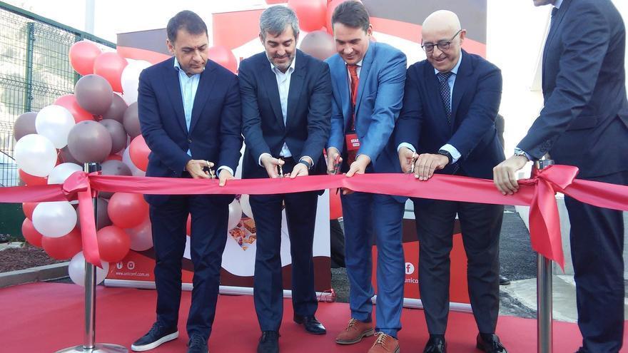 Corte de cinta en el acto oficial de inauguración de la fábrica