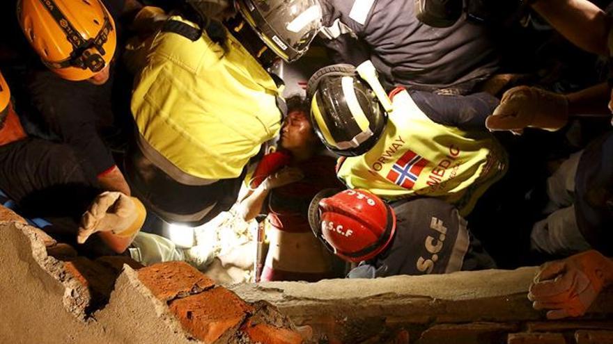 Una persona es rescatada entre los escombros./ Europa Press