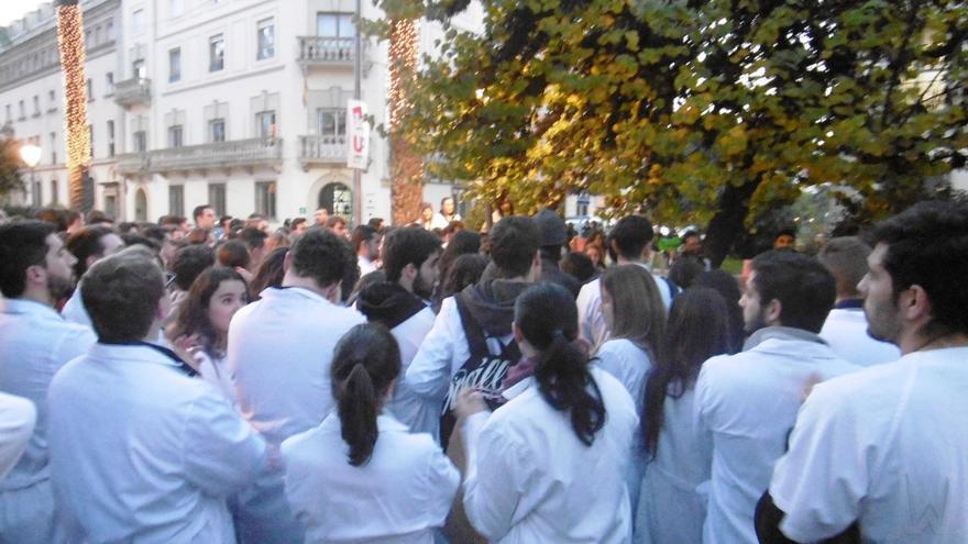 Concentración estudiantil con las batas blancas / Foto: H.A.