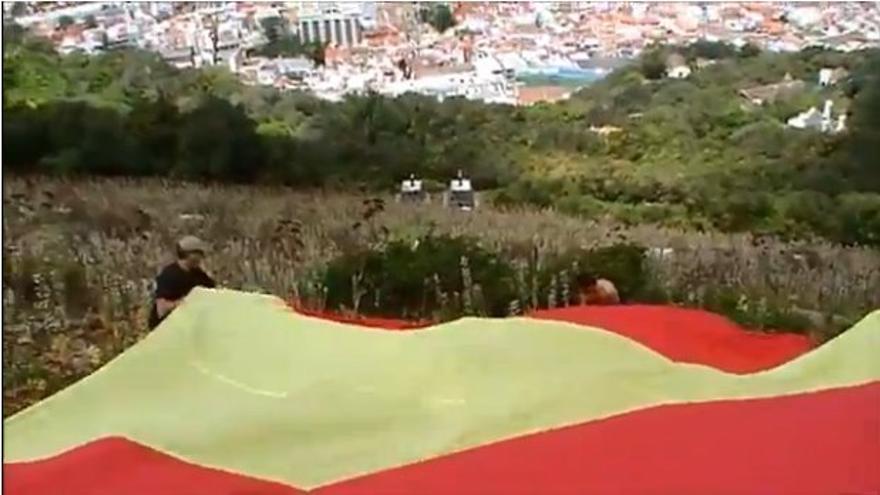 VOX despliega una bandera de 18 metros en el Peñón de Gibraltar