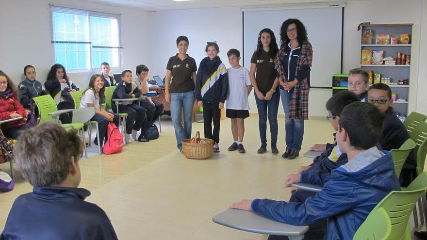 En la imagen, la consejera insular de Medio Ambiente con alumnos y alumnas de tercer ciclo de primaria del CEIP Anselmo Pérez Brito de Santa Cruz de La Palma.