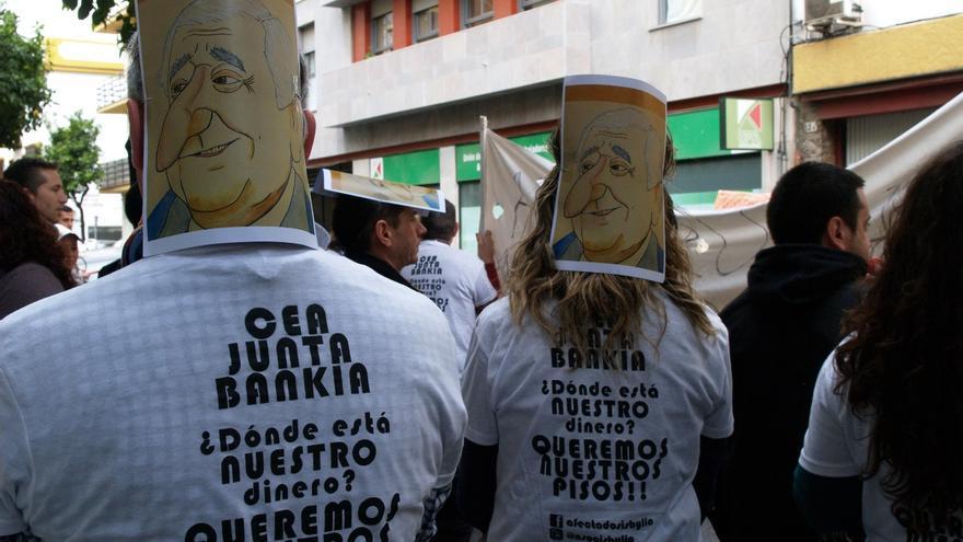 Adjudicatarios de una promoción de VPO participada por la CEA se manifiestan ante la casa de Santiago Herrero