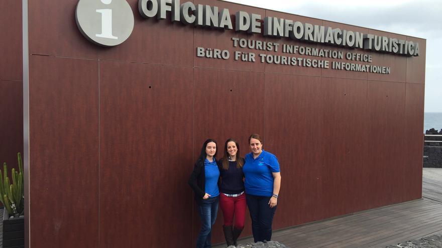 En la imagen, el personal de la Oficina de Información Turística de Los Cancajos.