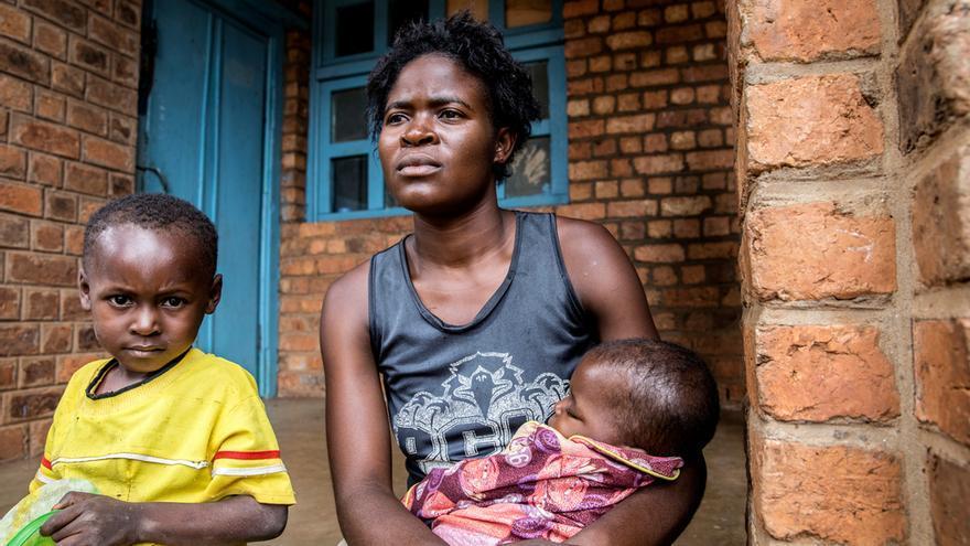 Kanku (21 años) vive ahora en Mayi Munene con sus dos hijos, de cinco y dos años. Su esposo fue asesinado en Kamako, su ciudad. Ella estaba lavando ropa en el río cuando comenzó la violencia. Su marido y ella huyeron con los niños al bosque. Él recibió un disparo. Kanku pasó un mes escondida y luego se marchó a Kamonia, donde pasó otro mes. Después vivió en una iglesia de Tshikapa, donde se enteró de que su hermana la buscaba en Mayi Munene, donde viven ahora. No cree que pueda volver nunca a su ciudad. © Marta Sosynska / MSF
