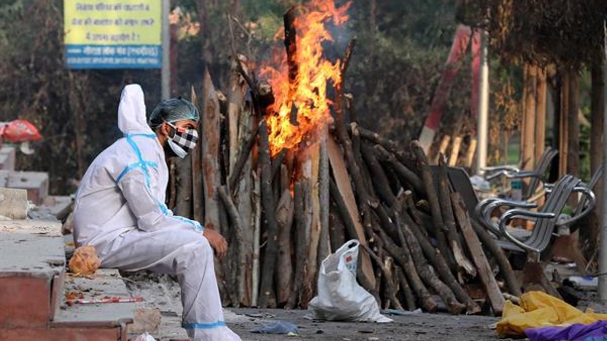 En India, con 20 millones de contagios, crece el llamamiento a un confinamiento total.