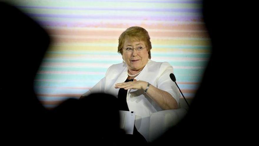 Michelle Bachelet rinde homenaje en París a las víctimas de los atentados