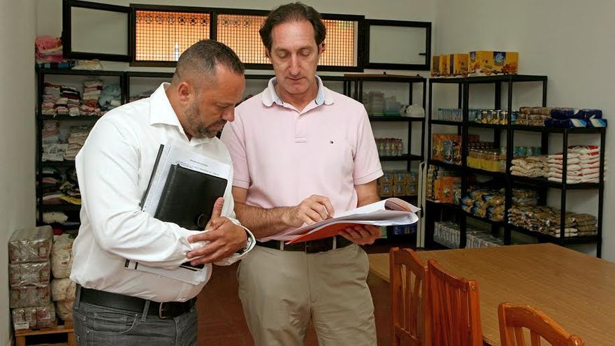 Jacinto Ortega, junto a un responsable de Mensajeros de la Paz, en el comedor social de San Cristóbal. (ALEJANDRO RAMOS)