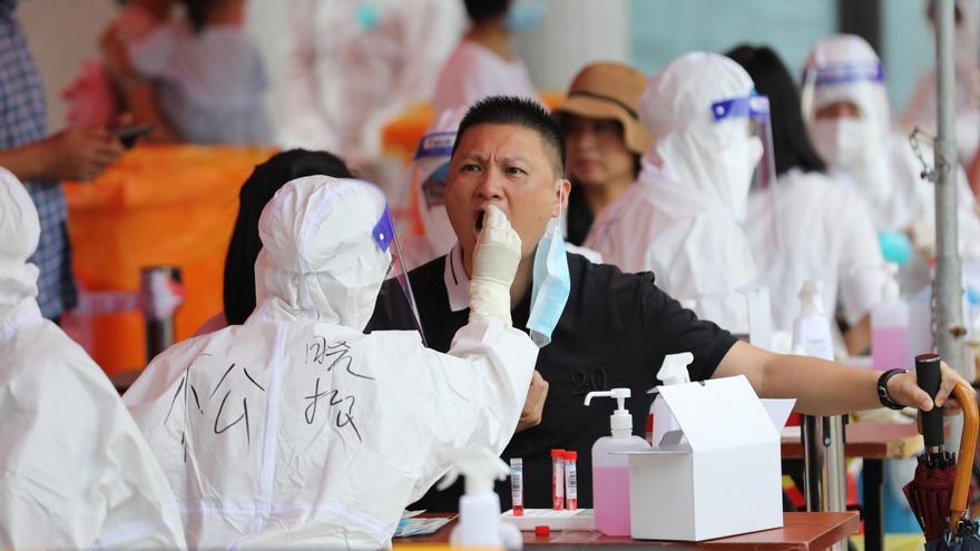 China detecta 50 nuevos contagios locales entre los 73 positivos totales